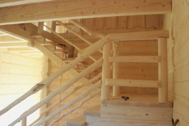 drewniane schody wdomu zpłaza