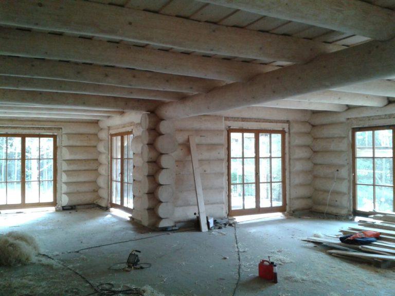 dom zbali drewnianych okraglych - salon