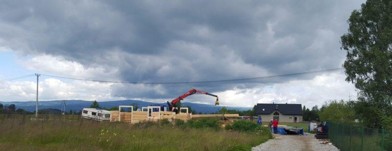 dom zbali wtrakcie budowy