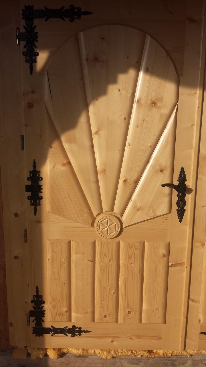 rzezbione drewniane drzwi wejsciowe