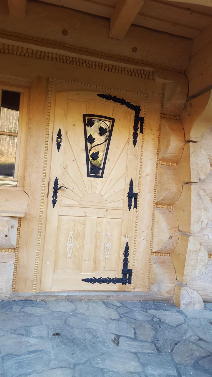 drewniane drzwi wejsciowe zkutymi elementami