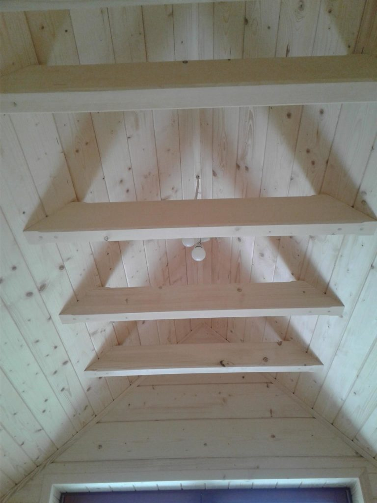 drewniane belki napoddaszu