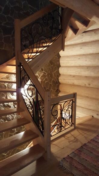 zdjecie przedstawia schody drewniane zozdobna barierka