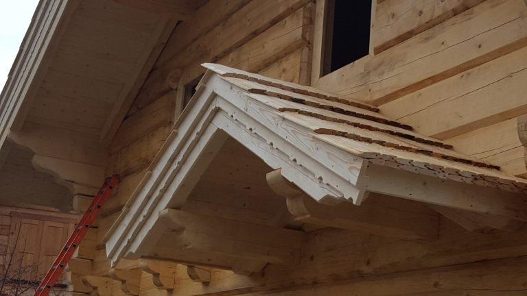 drewniany daszek nadwejsciem dodomu