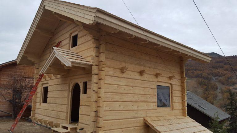 dom zplaza kryty gontem drewnianym