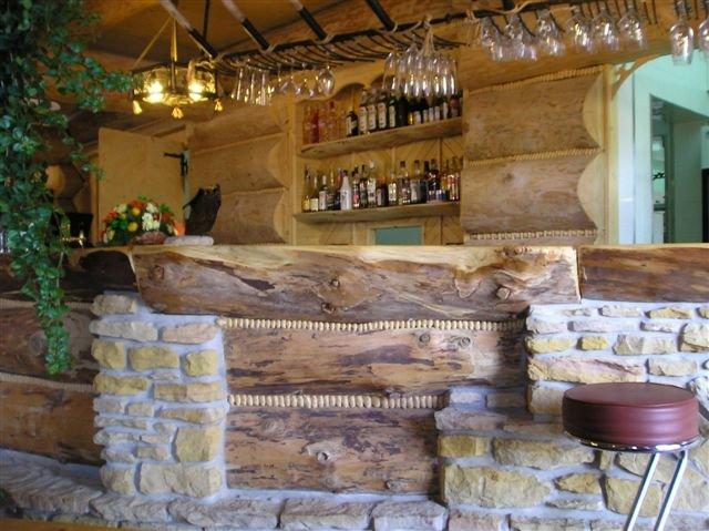 bar wkarczmie wykonanej zpolbali drewnianych