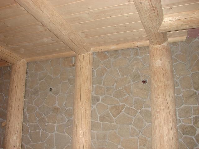 kamienna sciana wdomu drewnianym - zdjecie