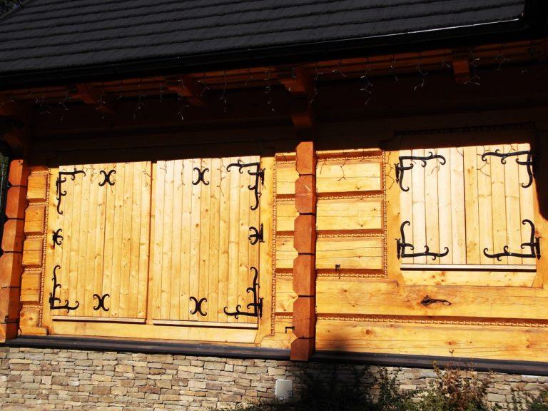 drewniane okiennice zokuciami