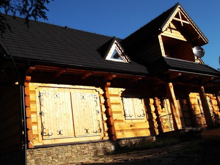 okiennice drewniane zozdobnymi okuciami