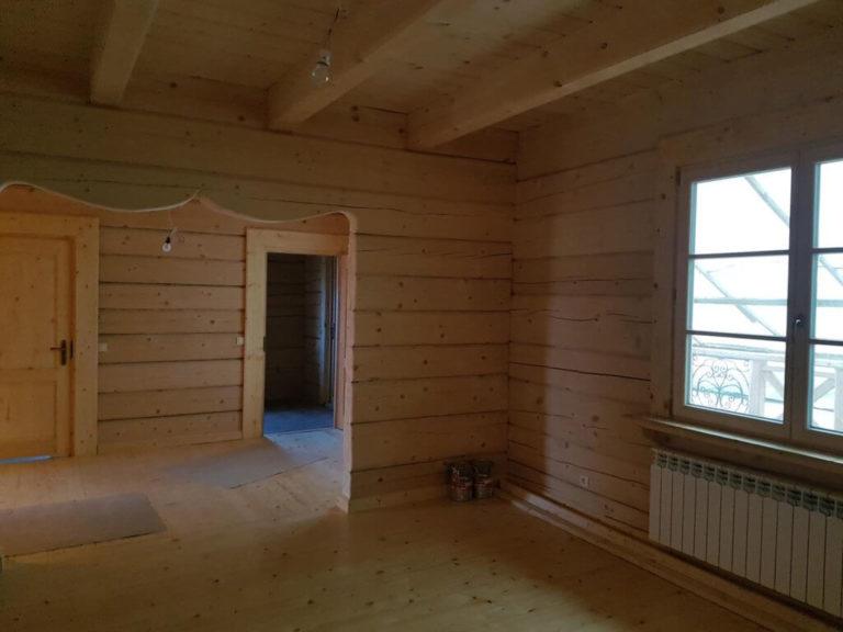 wnetrze domu zplazow drewnianych - salon