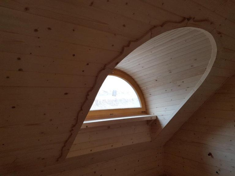 dom zbali drewnianych - okno polokragle napoddaszu