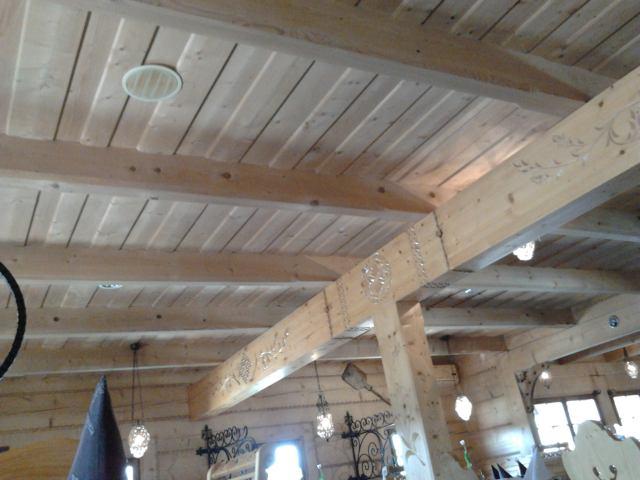 karczma zbali drewnianych - rzeźbione belki ozdobne