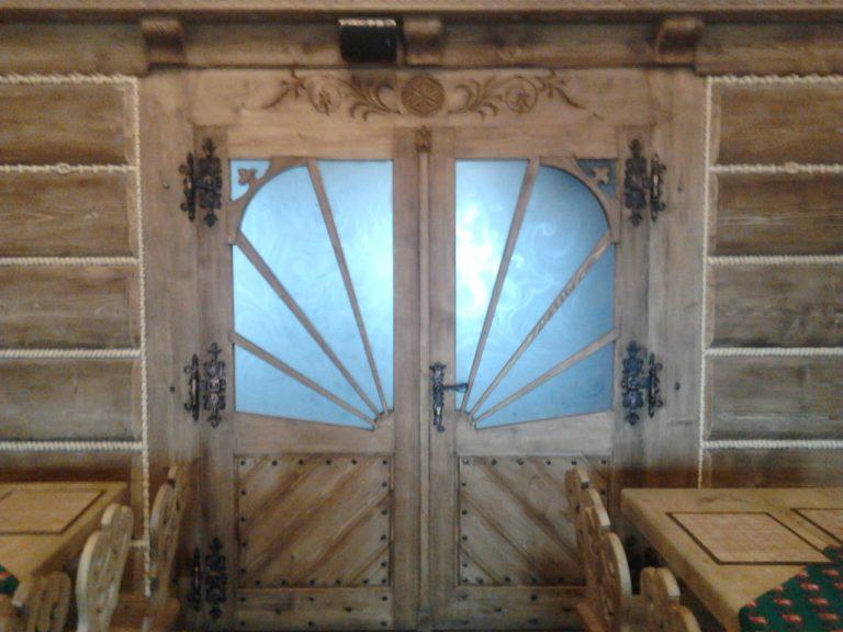 drzwi drewniane zszybą