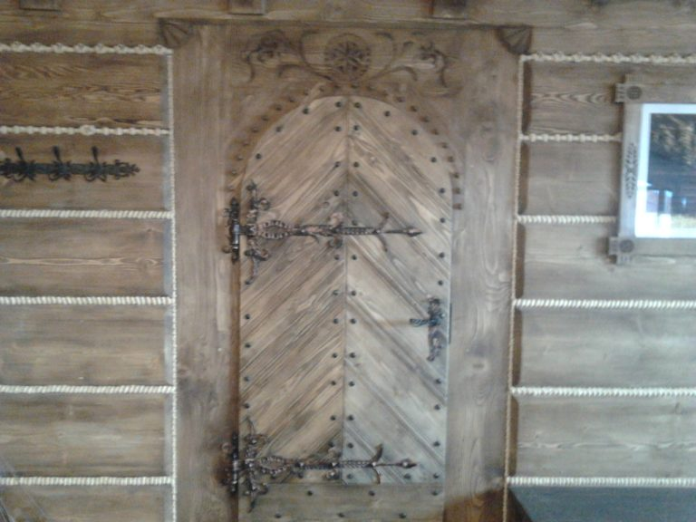 drewniane drzwi wejsciowe dogoralskiej karczmy