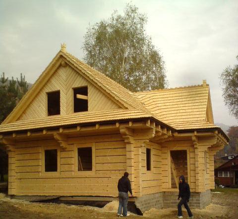 dom zbala plaskiego kryty gontem drewnianym