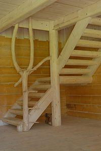 zdjecie recznie robionych schodow drewnianych