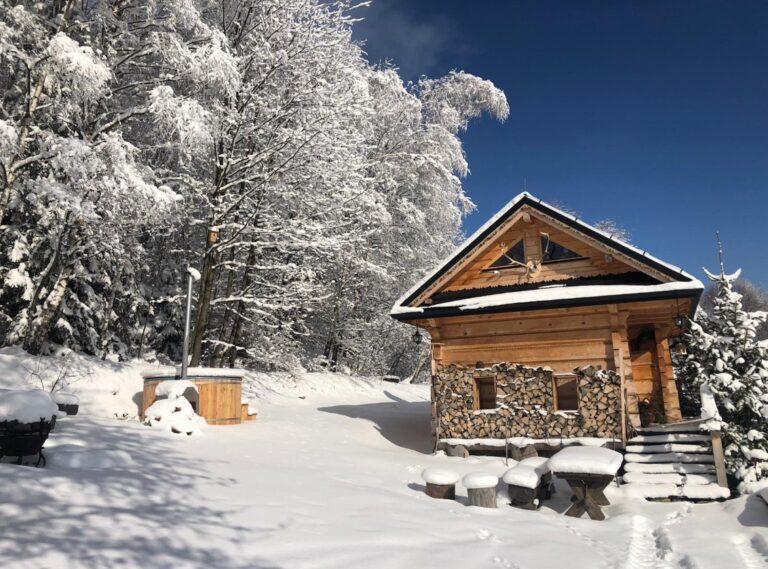 dom drewniany wsniegu