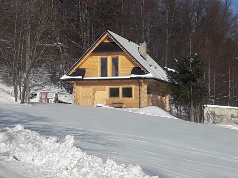 dom góralski wśniegu