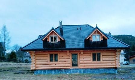 dom zbala pelnego pokryty karpiowka