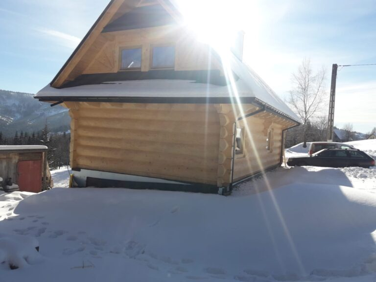 dom zpółbali drewnianych
